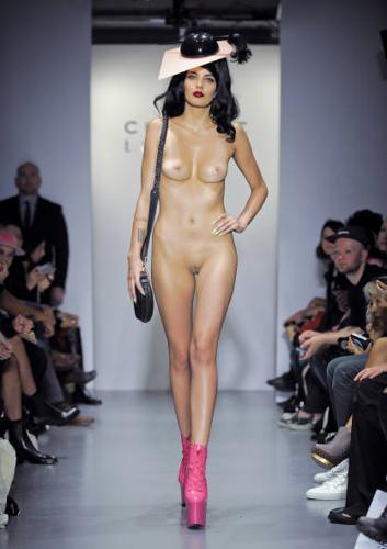 модели голые на подиуме фото