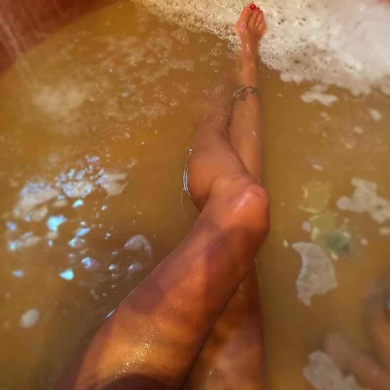 Giochi Di Fare Il Bagno Nella Vasca.Arisa Sul Wc Belen Hot Nella Vasca I Selfie Si Fanno In Bagno