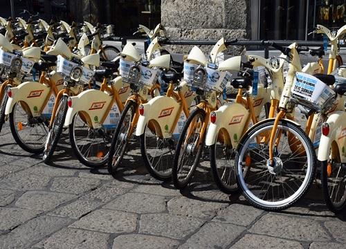 BikeMi: i grandi numeri del servizio di sharing producono imprevisti effetti collaterali: le rastrelliere in centro non bastano più
