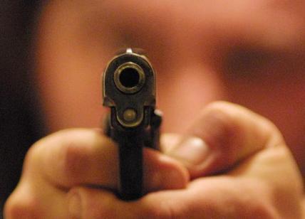 Bimba ferita da colpo pistola alla mano