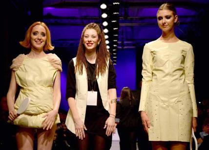 Look alla moda per donna blusa abbottonata stampata bianca gonna