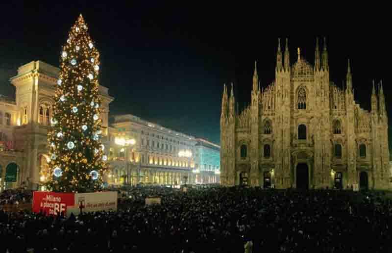 Albero Di Natale Milan.Natale Piazza Duomo Abete Rosso Di 28 Metri Da Belluno