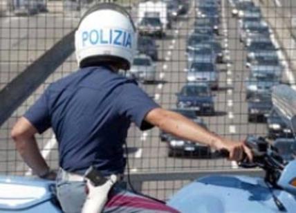 Folle fuga contromano sull'auto rapinata: otto poliziotti feriti