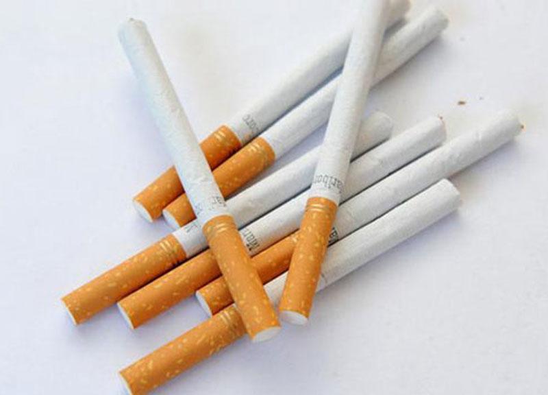 Coronavirus, stando in casa si esagera col cibo e torna la voglia di fumare