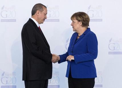 Merkel in Turchia, Erdogan chiede più soldi per i migranti. E paga l'Ue