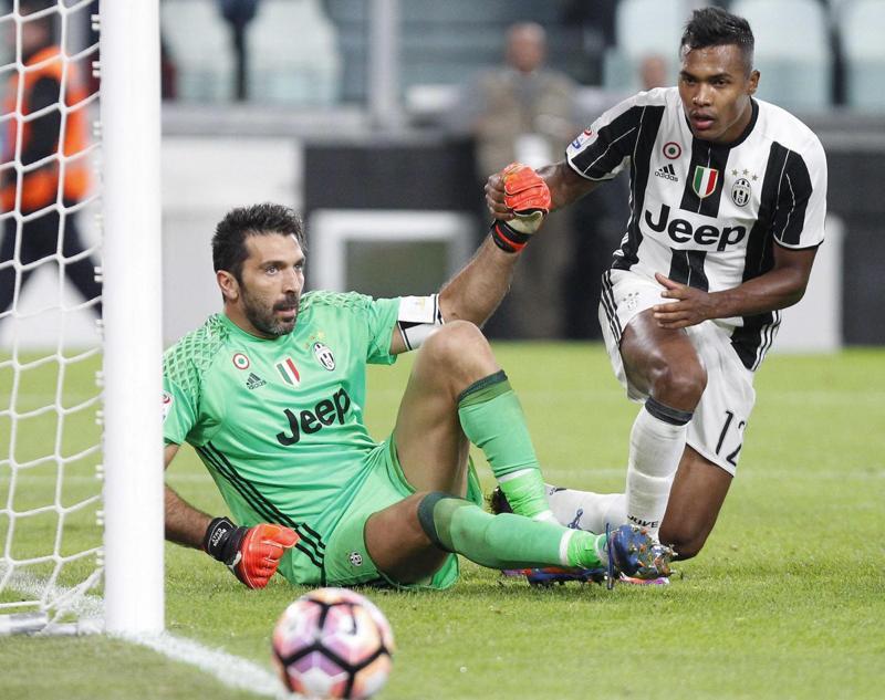 Buffon sbaglia ancora dopo la nazionale, la curva della Juventus espone lo striscione a sostegno di Gigi durante Juve-Udinese