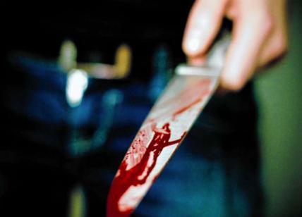 Milano, aggredisce agenti e passanti con coltello: ucciso