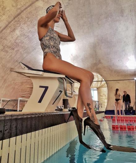 1d81fbae51a4 Federica Pellegrini sexy: pinne col tacco, scarpe hot e selfie ...