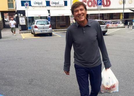 Gianni Morandi è finito di nuovo nell'occhio del ciclone dei social a causa di una foto pubblicata sulla sua pagina Facebook