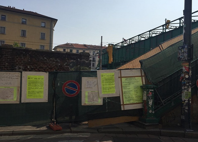 Da 40 giorni il ponte pedonale che collega via Tortona a Porta Genova è chiuso. Una situazione che sta affondando nell'assurdo. I HATE MILANO