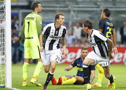 Mercato Juventus, sirene blaugrana per Lichtsteiner?