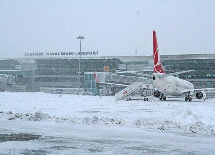 Turchia, 500 italiani diventano ostaggi della neve: aerei fermi