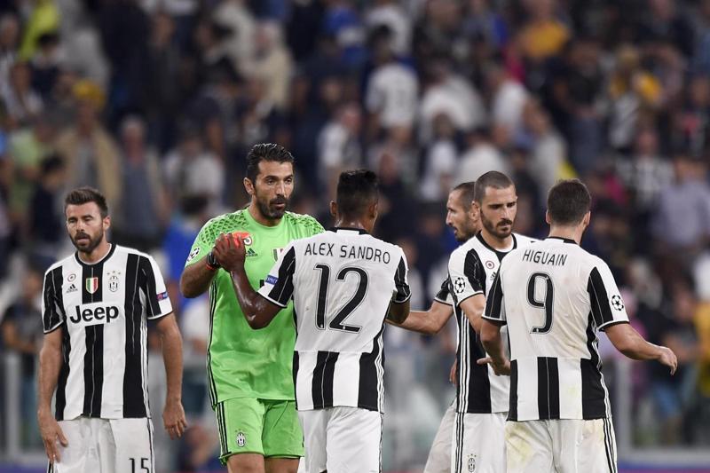 Dani Alves si ferma dopo Juventus-Siviglia, deludente 0-0 in Champions League