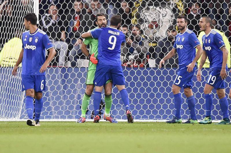 Buffon versione Superman salva la Juventus a Lione. Poi decide Cuadrado. Juve a un passo dagli ottavi di finale di Champions League