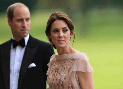 Il principe William la tocca e Kate si scansa: è royal crisi?
