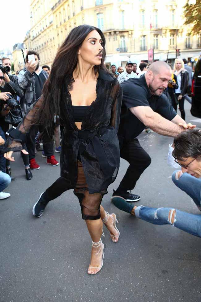Kim Kardashian, terrore a Parigi. Uomo vuole baciarle il lato B