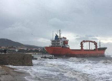 Vento forte a Livorno, nave incagliata