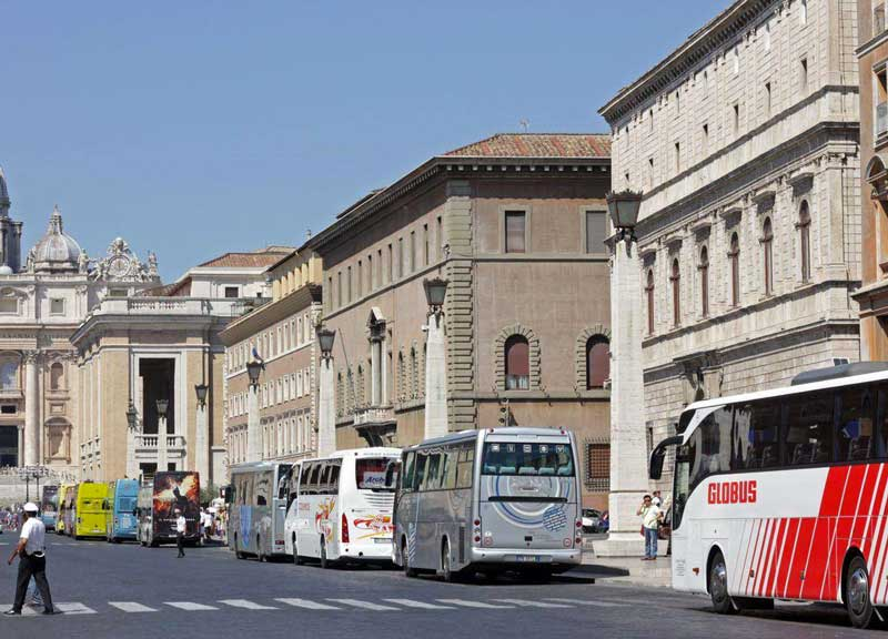 Roma, stop ai bus turistici in centro da gennaio 2019