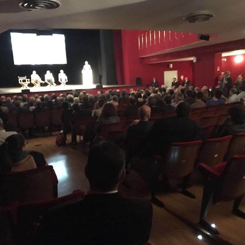 Sala mezza vuota per Renzi al Piccolo Teatro di Milano. Nessuno si è preoccupato di dirlo, ma qualcosa vorrà dire...