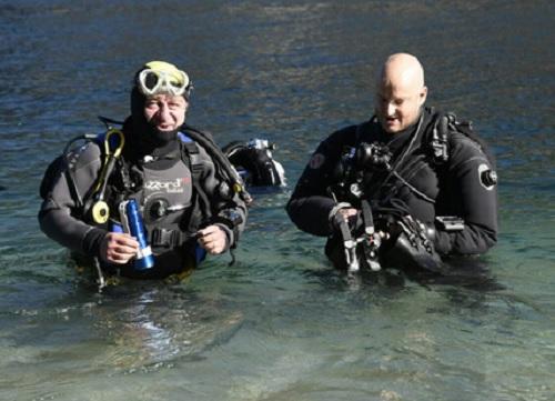 """Il presidente di Regione Lombardia Roberto Maroni si veste da sub e si immerge nel lago di Como per il progetto """"Moregallo sicuro"""""""