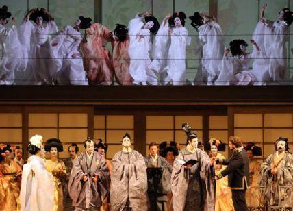Fiori finti alla Scala di Milano alla prima di Madama Butterfly