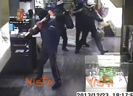 Rapina in gioielleria, vetrine sfondate con le mazze. Arrestati i presunti responsabili