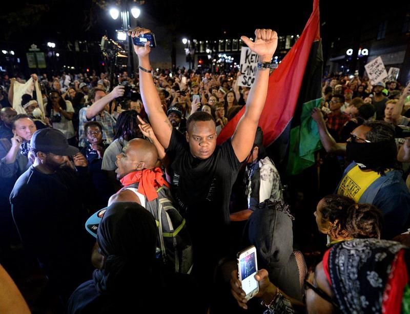Terza notte di manifestazioni a Charlotte, in Norh Carolina, nonostante il coprifuoco