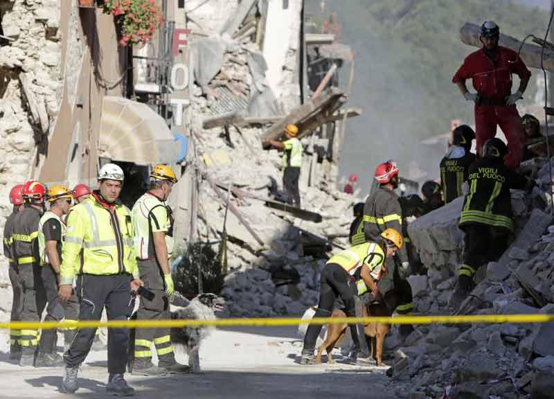 """Terremoto, scosa di magnitudo 4.5 alle 12.18: nuovi crolli nell'Ascolano. Errani annuncia: """"Entro 7 mesi dovrete avere le casette"""""""