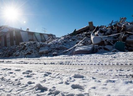 Farindola, valanga travolge l'albergo isolato dalla neve: si temono vittime
