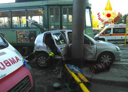 Largo Preneste auto schiacciata da un tram, feriti madre e figlio