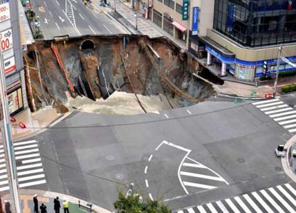 Giappone: collassa la strada e si crea una gigantesca voragine