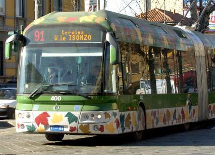 Milano, segue una studentessa sul filobus e la molesta: arrestato per violenza