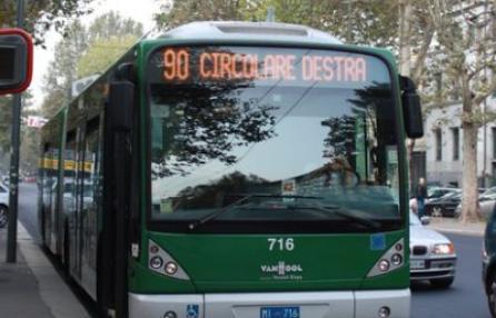 Violenza sessuale: palpeggia donna sul bus, bloccato dai passeggeri