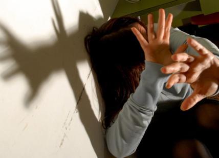 Sommerso dai debiti di droga picchia la madre: in manette figlio violento