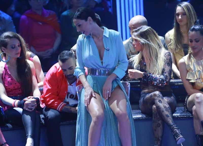 Anna Tatangelo, spacco inguinale ultra sexy. Botulino? Lei svela che... FOTO