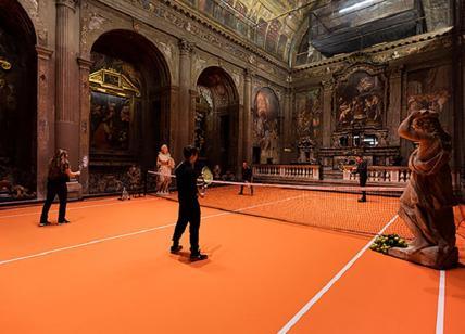 Giocare a tennis in una chiesa sconsacrata: l'installazione artistica a Milano
