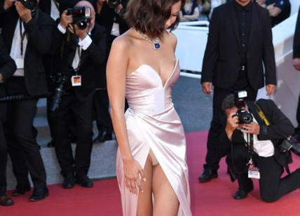 Bella Hadid: spacco vertiginoso e slip in vista a Cannes