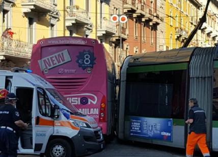 Milano: bus privato contro tram, feriti