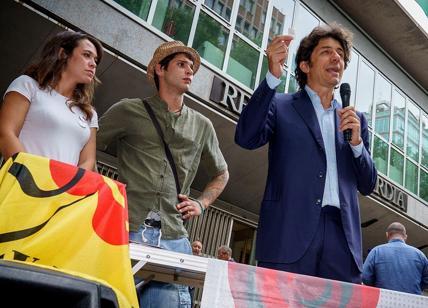 Milano, Cappato regala cannabis ai malati: bloccato dalla Digos