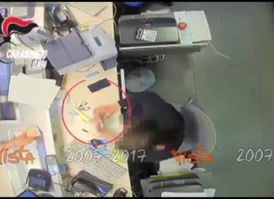 Bari, impiegata delle Poste preleva con il bancomat dei clienti
