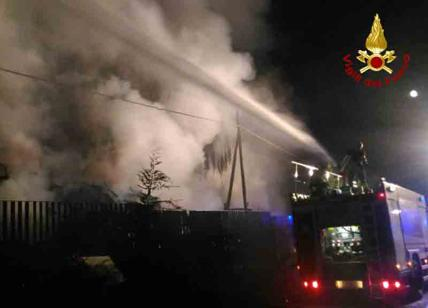 Maxi incendio a Monte Mario, fumi tossici su Roma Nord. Il video