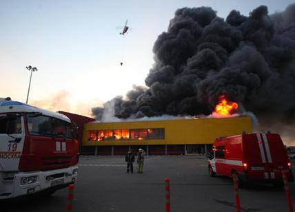 Mosca incendio al centro commerciale 3mila evacuati