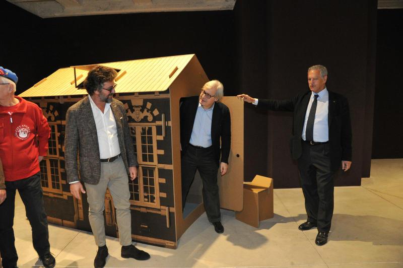 Sgarbi porta a milano le casette di cartone per i clochard