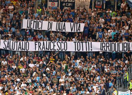Insulti e cori razzisti contro due giocatori: squalificata curva della Lazio