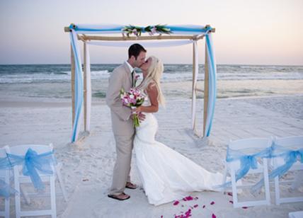 Matrimonio Spiaggia Taranto : Sposi in spiaggia a ostia scoperto il bluff della raggi niente