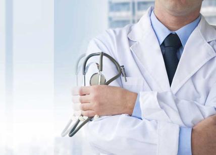 Salute, medico no vax cerca bimbo per esperimento. Le reazioni