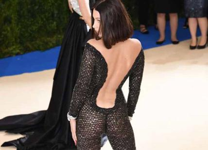 Bella Hadid senza slip, scandalo red carpet. Abito a rete: si vede tutto. FOTO