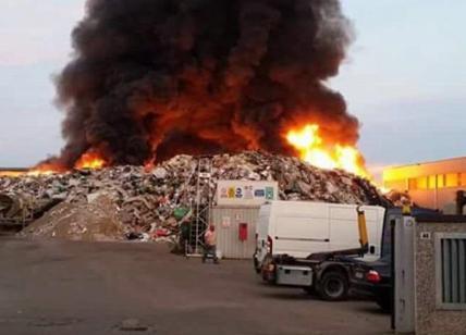 Mortara, incendio in un'azienda di smaltimento rifiuti