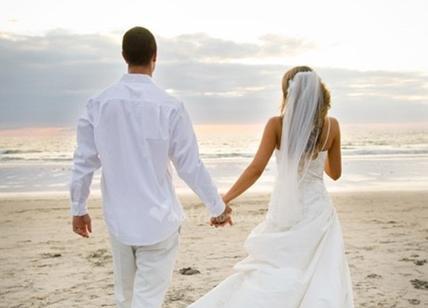 Sposo non si presenta all'altare: lei lo cerca e lo picchia