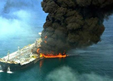Cina, petroliera a picco: greggio in mare
